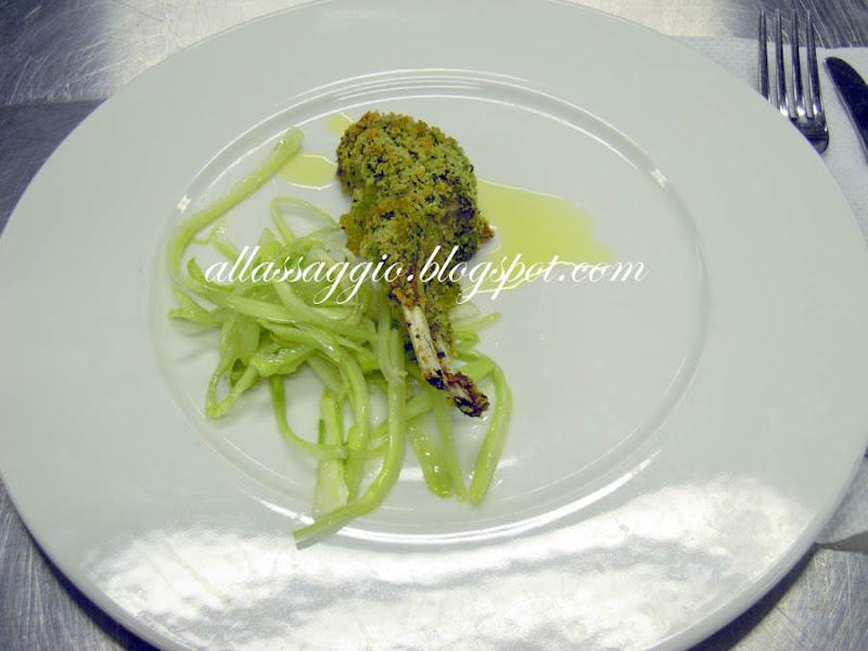 Costoletta-di-agnello-con-panatura-di-molliche-di-pane-ed-erbe-aromatiche-preparata-dalla-chef