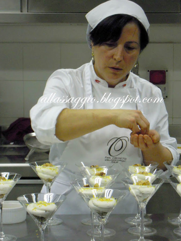 La-chef-Lina-guarnisce-i-dessert