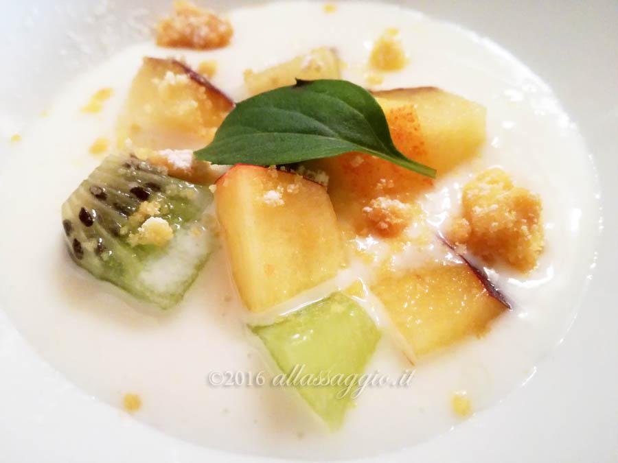 Predessert: Tagliata di frutta con yogurt di bufala